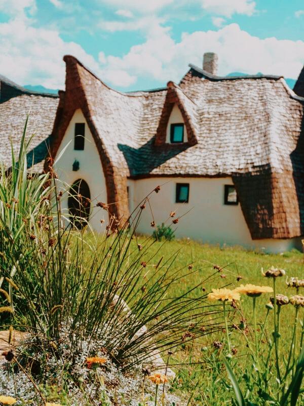 De ce merita sa ajungi macar o data in viata la Castelul de lut Valea Zanelor, un adevarat loc de basm?