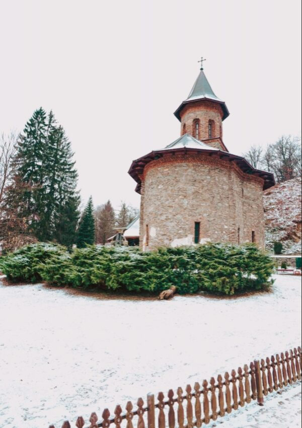 Cum arata Manastirea Prislop in timpul iernii, locul unde te poti intalni cu spiritul Parintelui Arsenie Boca?