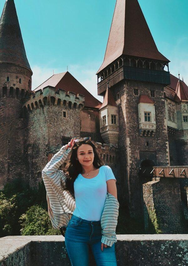 3 obiective turistice pe care sa le vezi in Judetul Hunedoara: o cetate, un castel, o manastire