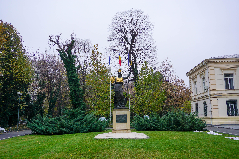 Academia Romana Statuie