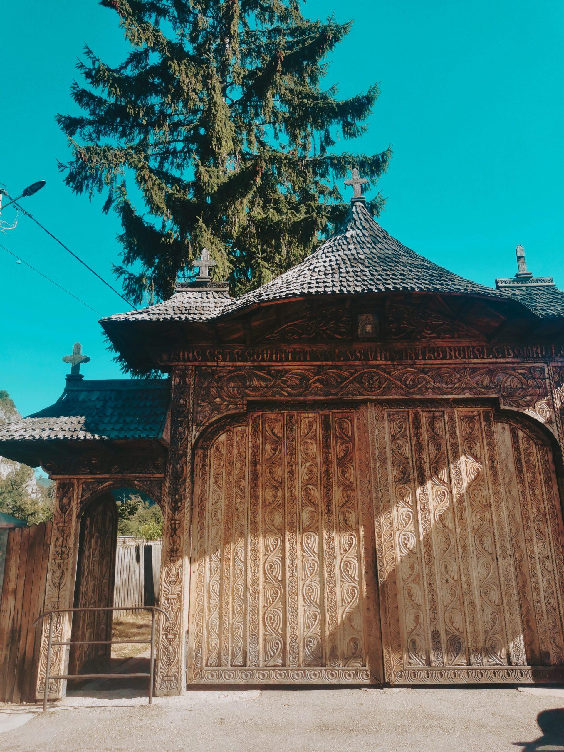 Manastirea Polovragi Intrare